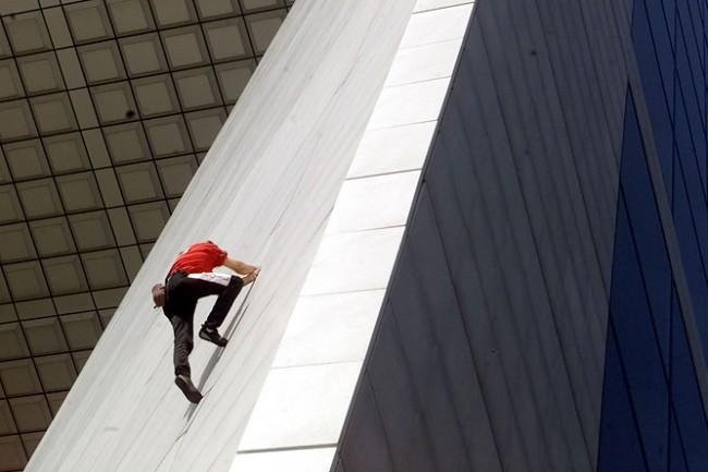 Alain Robert escaladant la Grande Arche en 1999.