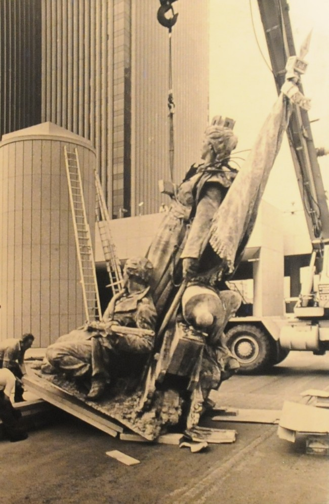 Ré-implantation de la Statue de La Défense en 1983. ©Archives EPAD