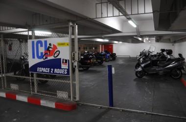 Les deux-roues doivent payer pour les parkings