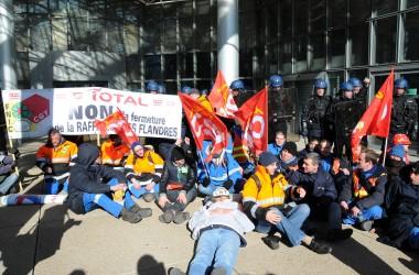 Les raffineurs de Dunkerque manifestent de nouveau devant les tours Total