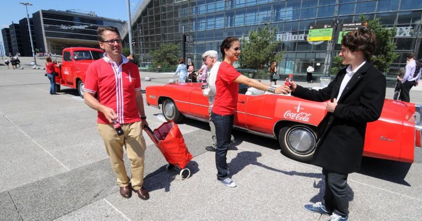 Coca-Cola fête ses 125 ans sur le Parvis en distribuant des bouteilles