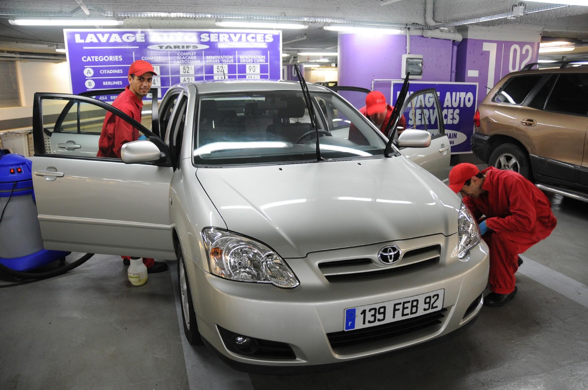 Lavage auto service lustre votre voiture pendant vos for Lavage interieur voiture paris