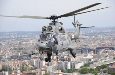 Samedi un Super Puma va héliporter des aérocondenseurs au sommet de la tour Total