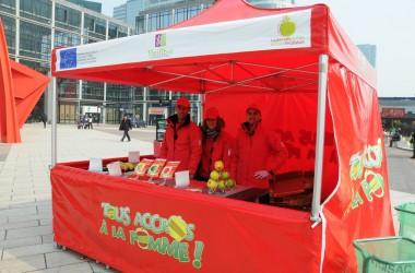 Des pommes offertes à La Défense