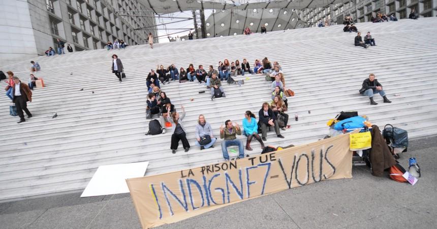 Des Indignés manifestent entre La Défense et la Préfecture