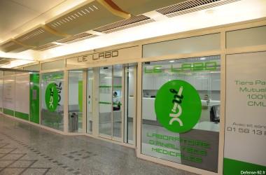 Un labo médical dans la gare de RER