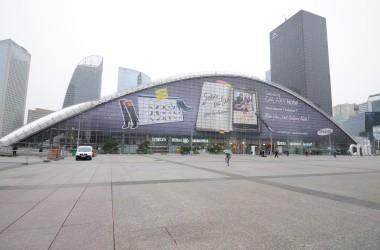 Samsung recouvre le CNIT d'une publicité géante