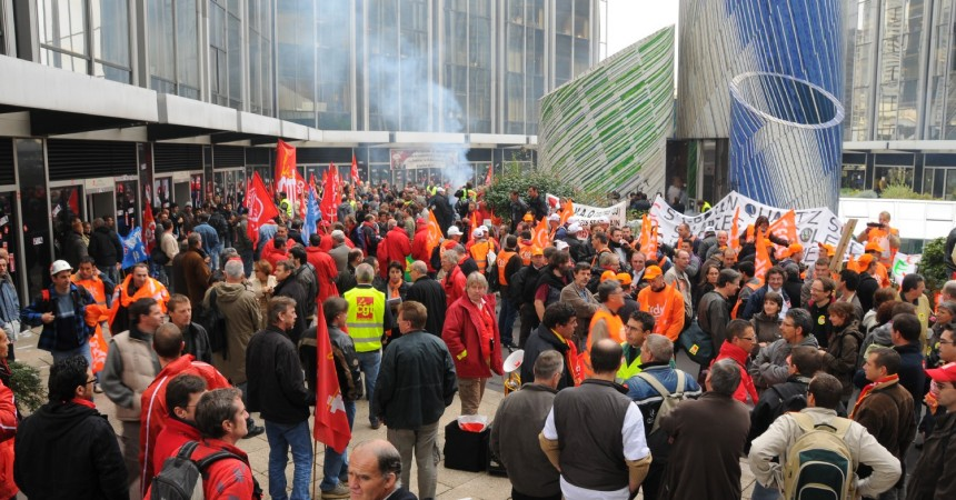 Manifestation devant le si ge de st gobain defense for Saint gobain les miroirs