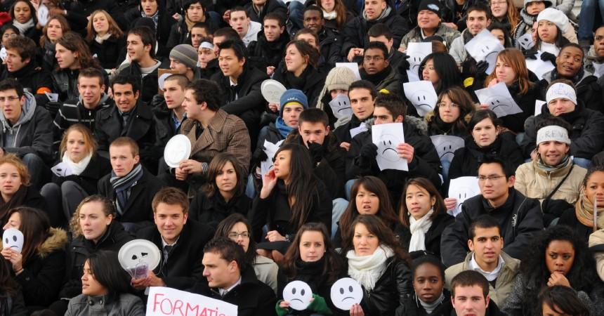 Les étudiants des IUT manifestent devant la Grande Arche
