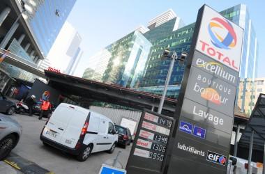 Petite baisse des prix à la station Total de La Défense