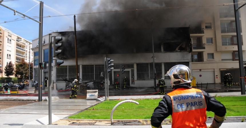 Le garage de motos BMW part en fumée