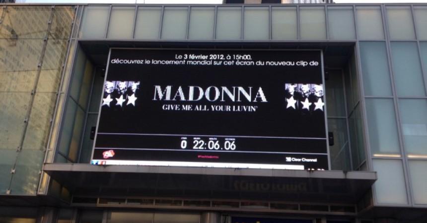 Le nouveau clip de Madona sur l'écran géant des Quatre Temps