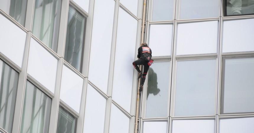Alain Robert «L'homme araignée» s'en prend à la tour First