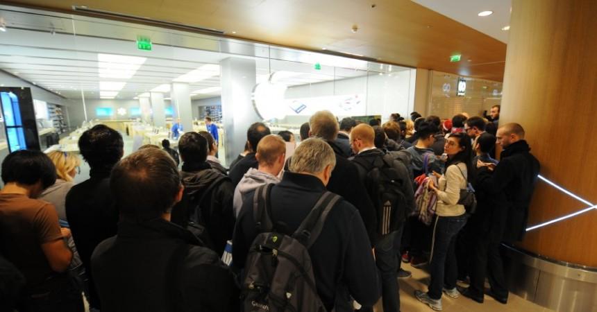 Plus de deux-cents personnes pour l'iPhone massées à l'ouverture de l'Apple Store