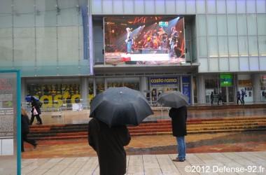 12-12-12 retransmis sur l'écran géant des Quatre Temps sous la pluie