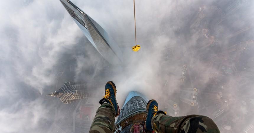 Les deux « Ninjas de Shanghai » escaladent la grue du chantier de la tour Majunga