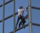 Alain Robert, l'homme araignée, gravit une nouvelle fois la tour Total