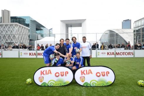 L'équipe FC Familia avec Sonny Anderson et le DG de Kia France - Defense-92.fr