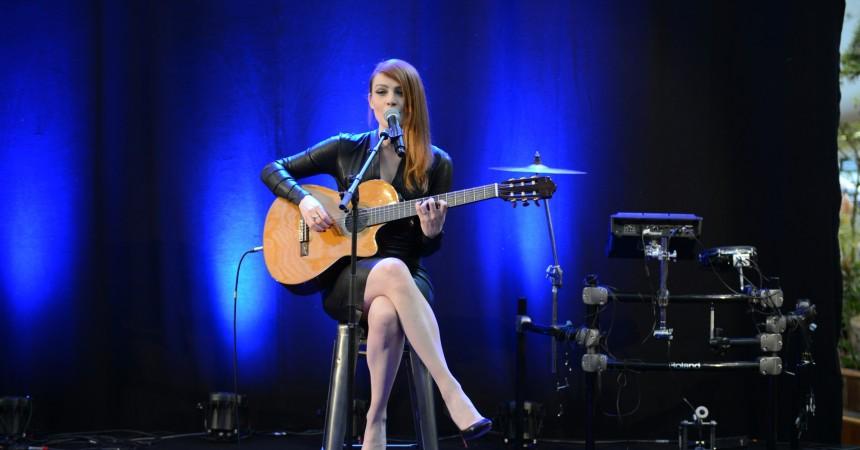 Elodie Frégé en live aux 4 Temps