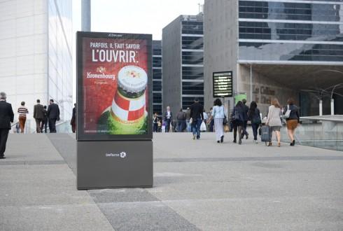 """Des panneaux """"Mupi"""" sur le Parvis de La Défense - Defense-92.fr"""