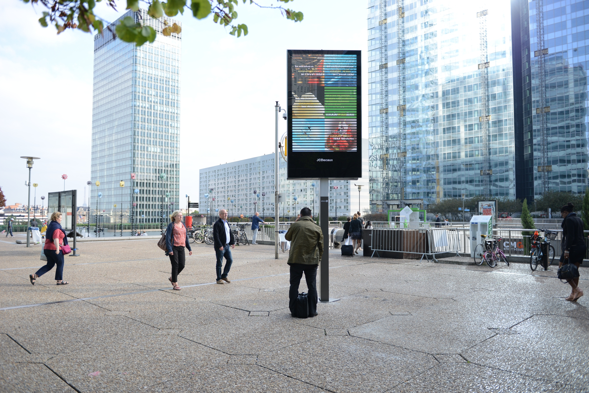 Populaire Defacto et JC Decaux inaugurent le nouveau mobilier publicitaire  BC06