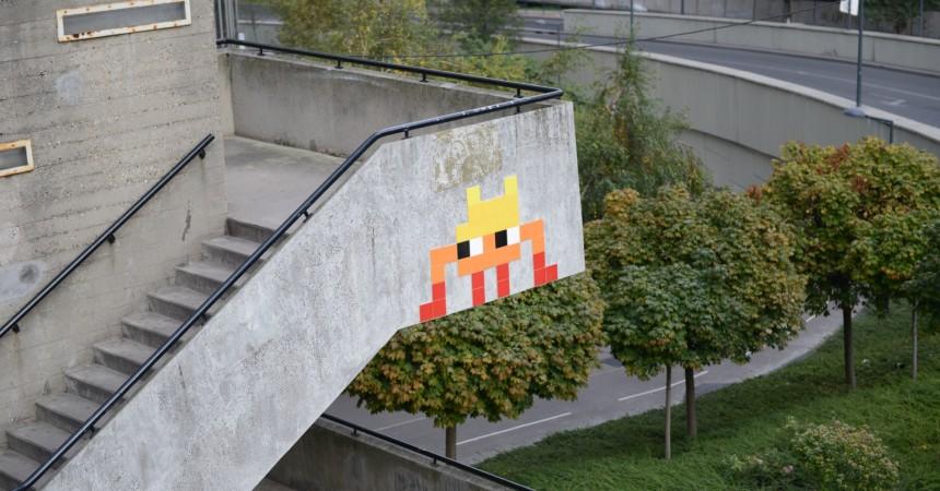 Invader signe un pixel-art à La Défense