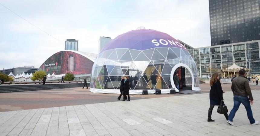 Sonos vous fait découvrir ses produits sur la place de La Défense et s'affiche en très grand sur le CNIT