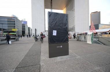 Les anti-pub masquent les panneaux publicitaires de La Défense
