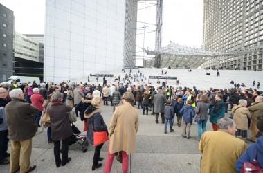 Les Plumés et les AFC 92 protestent contre la politique familiale au pied de la Grande Arche