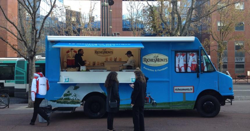 Le food truck RichesMonts de passage à La Défense avec au menu dégustation de raclette et fondue savoyarde