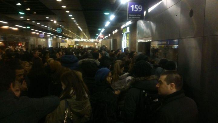 La Gare routière de bus de la station La Défense-Grande Arche a été prise d'assaut par les usagers du RER A. - Thibault Chaffotte