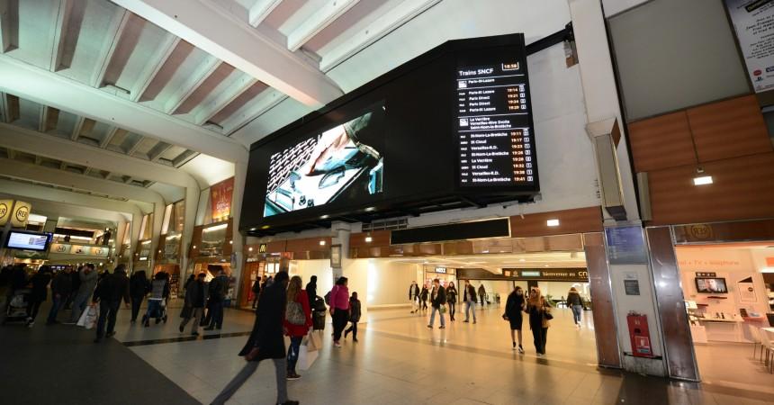 Media Transports lance son écran géant dans la salle d'échanges de la gare de La Défense