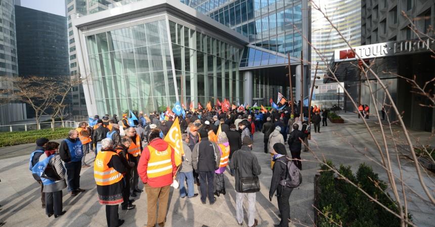 Les salariés de Thales manifestent au pied de la tour Carpe Diem pour leurs salaires