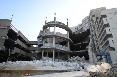A Nanterre, le parking du « croissant » commence à être grignoté par les engins de démolition