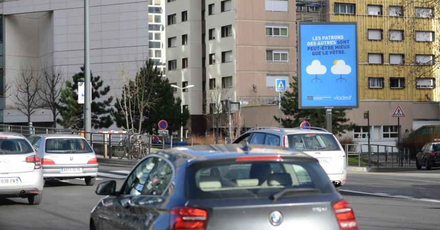 Viadeo choisit les toiles Mupi de JCDecaux pour sa communication à La Défense