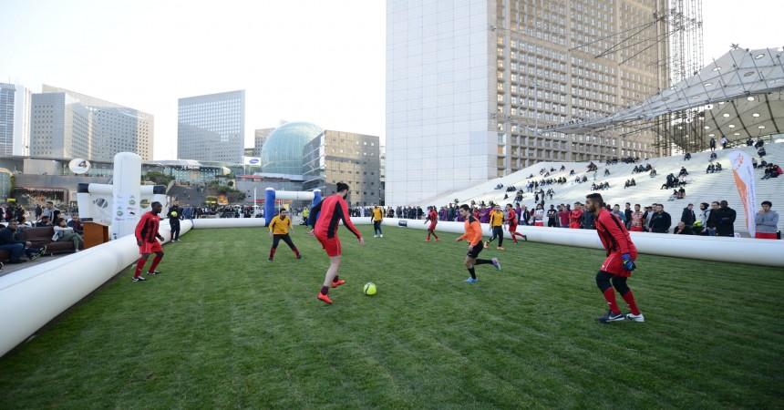 Les pros du foot à cinq contre cinq s'affrontent au pied de la Grande Arche