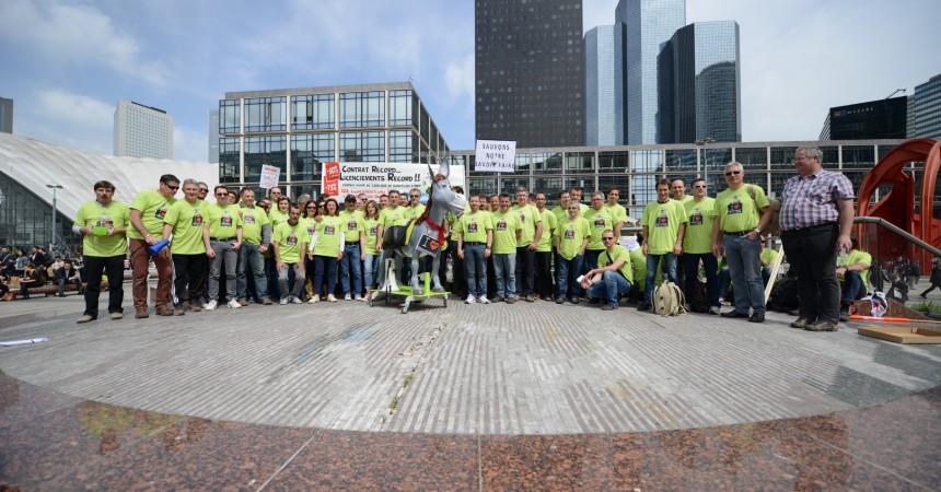 Des salariés d'Itron manifestent sur la place de La Défense pour défendre leur emploi
