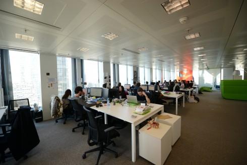 Un bureau en open space chez Groupon - Defense-92.fr