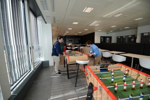 Des baby foot dans une salle de pause chez Groupon - Defense-92.fr