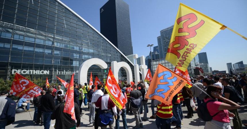 Les salariés de Snecma manifestent devant le Cnit