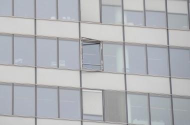 Une fenêtre tombe de la tour Cœur Défense pendant un exercice avec les pompiers
