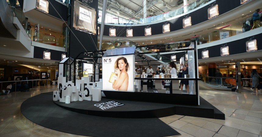 chanel et son embl matique n 5 animent la place du d me des 4 temps defense. Black Bedroom Furniture Sets. Home Design Ideas
