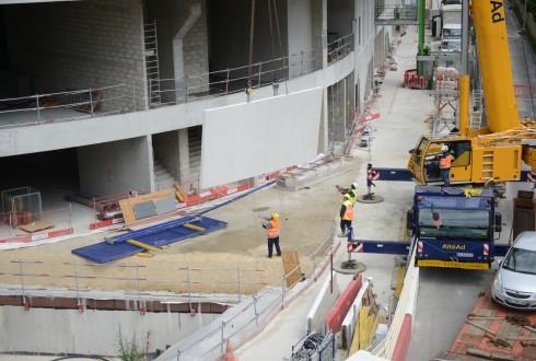 La pose des éléments préfabriqués en béton blanc du chantier de l'Arena 92 le 1er juin 2015 - Defense-92.fr