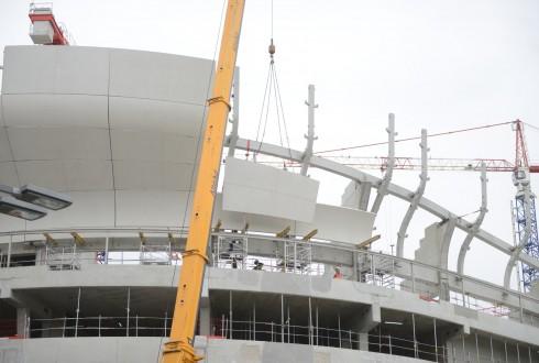 La pose des éléments préfabriqués en béton blanc du chantier de l'Arena 92 le 15 juin 2015 - Defense-92.fr