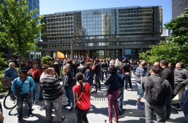 En grève les salariés d'Otis manifestent devant le siège de La Défense