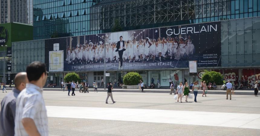 Guerlain s'affiche sur la façade des 4 Temps