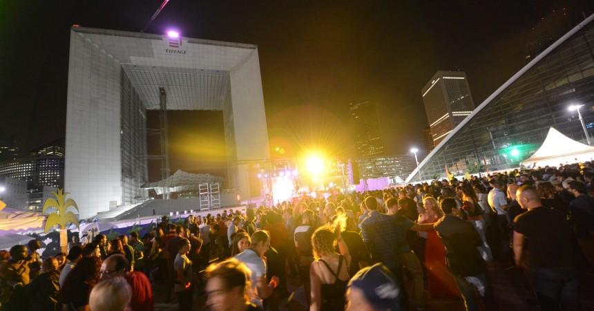 Les pompiers fêtent les dix ans de leur bal en enflammant le parvis de La Défense