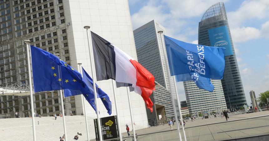 Les drapeaux flottent de nouveau dans le ciel de La Défense