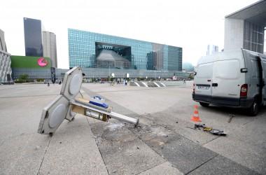 Orange a commencé à démanteler ses cabines téléphoniques à La Défense