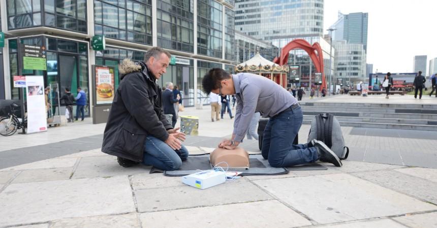 Ils forment les passants à l'usage des défibrillateurs cardiaques
